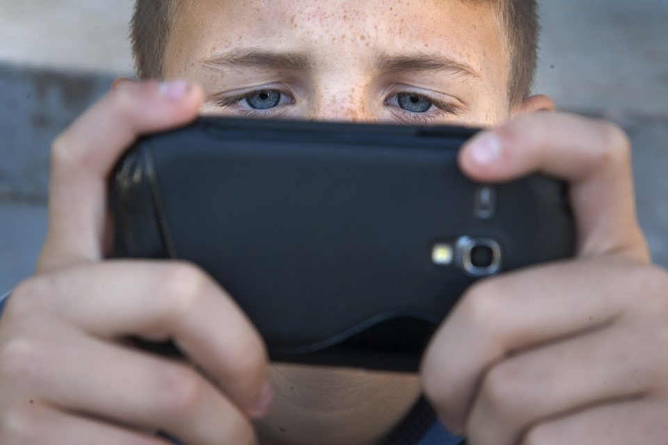 Pitanja koja si trebate postaviti prije nego što djetetu kupite mobitel