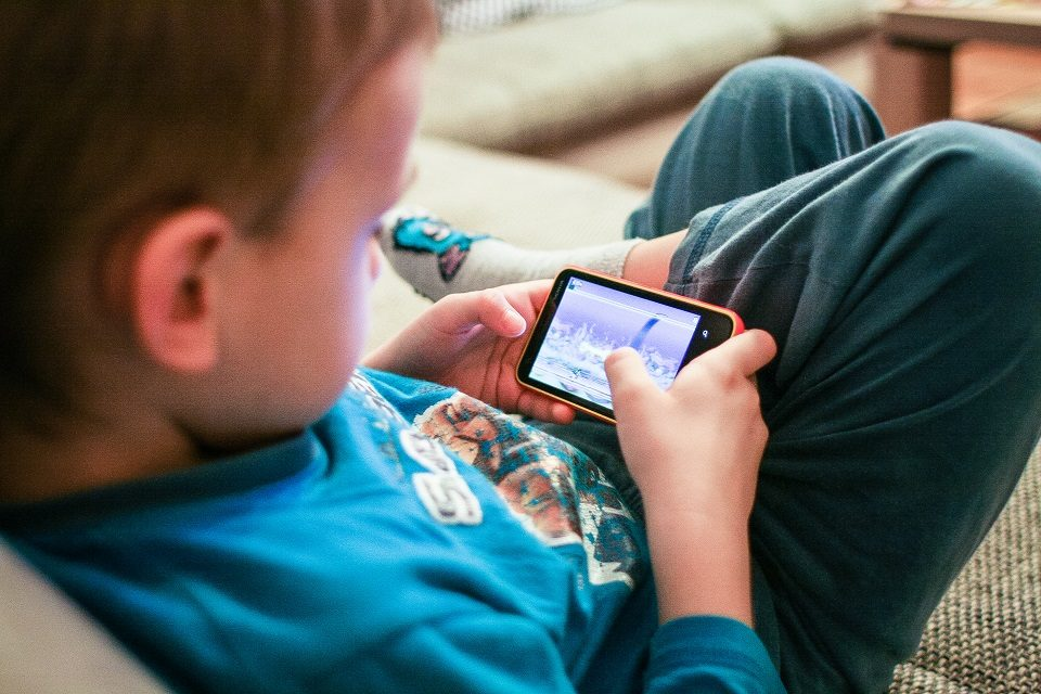 Dijete postaje agresivno kad mu ne dam mobitel