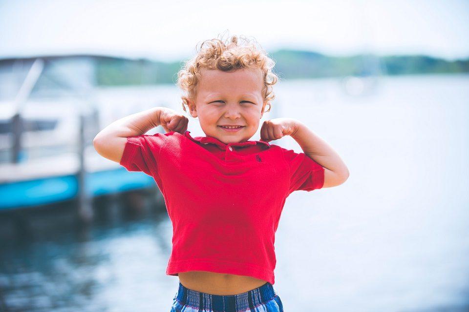 Kako dječacima pomoći da razviju zdravu sliku tijela, unatoč medijima