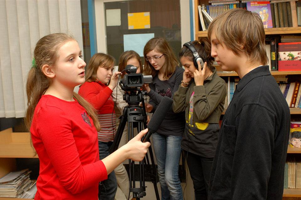 Članovi filmske ekipe u školskoj filmskoj družini