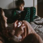 Mobiteli ozbiljno ugrožavaju san djece i roditelja