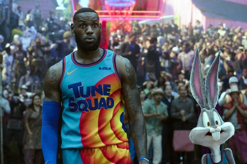 Igrano-animirana avantura s košarkaškim zvijezdama i likovima iz crtića